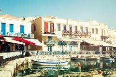 Griekenland Kreta Rethymnon, Boten, Overzees en Restaurant Indruk o Stock Afbeeldingen