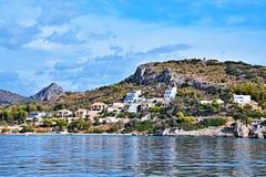 Griekenland-mening van de zeekust door de stad Tolo stock foto's