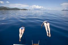 Griekenland, Middellandse Zee De synchrone sprongen in het overzees Fr Royalty-vrije Stock Afbeelding