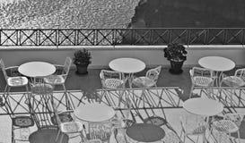 Griekenland Oia op Eiland Santorini Een openluchtkoffie over het overzees met pan Stock Afbeelding