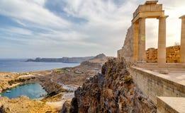 Griekenland rhodos Akropolis van Lindos Dorische kolommen van oude Tempel van Athena Lindia de IV eeuw BC en de baai van Royalty-vrije Stock Foto