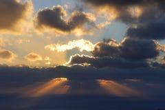 Griekenland. Sanorini. Zonnestralen die stormachtige hemel snijden royalty-vrije stock afbeelding