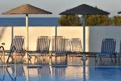 Griekenland, Santorini Een swimmigpool bij schemer Licht en schaduw stock fotografie