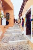 Griekenland, Santorini - Oktober 01, 2017: vacationing mensen op de smalle straten van witte steden op het eiland Stock Afbeelding