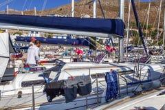 Griekenland, Tilos, 07 23 2015 jachtregatta in de jachthaven, close-up Heel wat boten op de meertros stock afbeeldingen