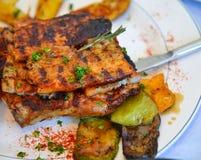 Grieks die varkensvlees bij lokaal restaurant wordt geroosterd stock afbeeldingen