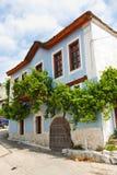 Grieks huis met wijnstok Stock Afbeeldingen