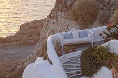 Grieks huis op kustlijn Stock Afbeeldingen