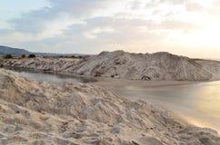 Grieks landschap Het overzees en het witte zand bij de zonsondergang stock afbeelding