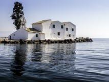 Grieks orthodox Vlacherna-klooster op een eiland Stock Afbeelding