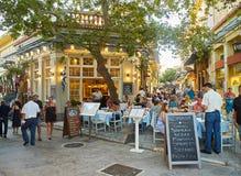 Grieks restaurant bij Plaka-buurt van de stad van Athene Attica, Griekenland royalty-vrije stock afbeeldingen