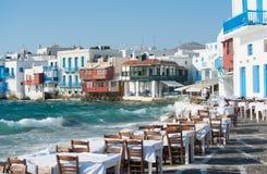 Grieks restaurant door het strand royalty-vrije stock afbeeldingen