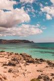 Grieks strand met zandduinen en turkoois water stock afbeeldingen