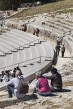 Grieks Theater van Syracuse, Italië Toeristen in de tribunes Stock Afbeelding