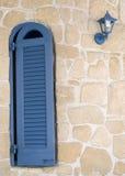 Griekse blauwe venster en lantaarn Royalty-vrije Stock Foto