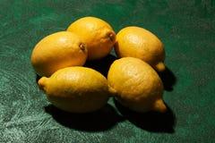 Griekse citroenen op smaragdgroene oppervlakte royalty-vrije stock foto's