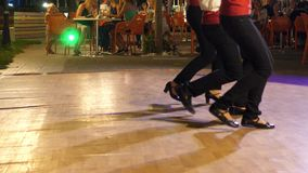 Griekse dansers in traditioneel kostuumsdeel 2 stock video