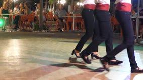 Griekse dansers in traditionele kostuums stock videobeelden