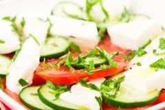 Griekse die salade met verse groenten wordt voorbereid Royalty-vrije Stock Foto