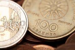 Griekse drachmen en euro muntstukken (macroschot) Stock Foto