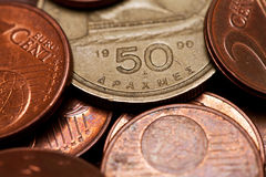 Griekse drachmen (vijftig) en euro muntstukken stock fotografie