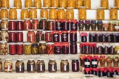 Griekse eigengemaakte jam en ingeblikt voedsel op de planken van lokale winkels royalty-vrije stock fotografie