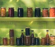 Griekse eigengemaakte jam en ingeblikt voedsel op de planken van lokale winkels royalty-vrije stock foto