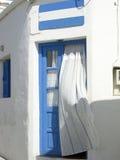 Griekse Eilanddeuropening met gordijn Kimilos Griekenland Stock Foto