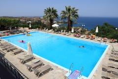 Griekse hotelpool royalty-vrije stock afbeelding