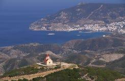 Griekse kapel bovenop de heuvel Stock Afbeeldingen