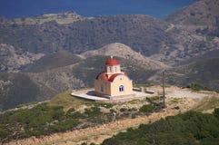 Griekse kapel bovenop de heuvel Stock Foto's