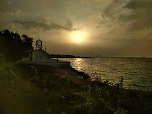 Griekse kerk bij zonsondergang stock afbeelding