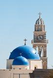 Griekse kerk met blauwe koepel Stock Foto's