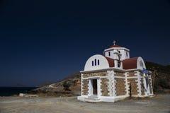 Griekse kerk op de kust Stock Afbeeldingen