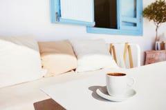 Griekse koffie in een koffie dichtbij het overzees Royalty-vrije Stock Foto's