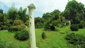 Griekse kolommen in park stock videobeelden