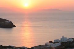 Griekse kust met oude kerk bij zonsopgang stock afbeeldingen