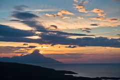 Griekse kust van Egeïsche overzees bij zonsopgang dichtbij heilige berg Athos Stock Foto
