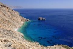 Griekse kustlijn met blauwe overzees royalty-vrije stock afbeeldingen