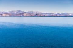 Griekse kustlijn op zonnige dag royalty-vrije stock afbeeldingen