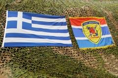 Griekse nationale vlag en Griekse leger militaire vlag met bericht Aien Aristeyein Royalty-vrije Stock Foto
