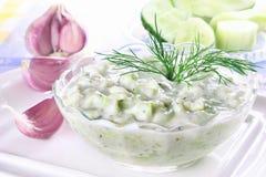 Griekse onderdompeling met komkommer en yoghurt Royalty-vrije Stock Afbeelding
