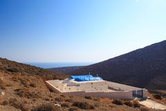 Griekse orthodoxe kerk op een heuvel stock foto