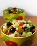 Griekse salade in een heldere plaat Royalty-vrije Stock Afbeeldingen