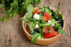 Griekse salade in een houten saladekom Royalty-vrije Stock Foto