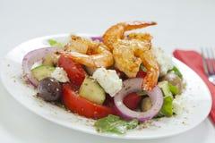 Griekse salade met de garnalen van piripiri royalty-vrije stock afbeeldingen