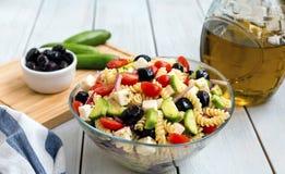 Griekse salade met deegwaren Royalty-vrije Stock Afbeeldingen