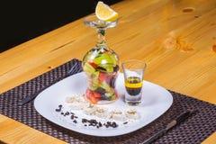 Griekse salade met een interessante presentatie op witte plaat Stock Foto's