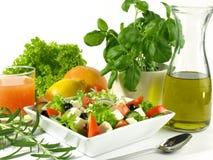 Griekse salade met feta, olijven en sla Stock Afbeeldingen