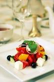 Griekse salade met kaas en olijven op plaat royalty-vrije stock afbeeldingen